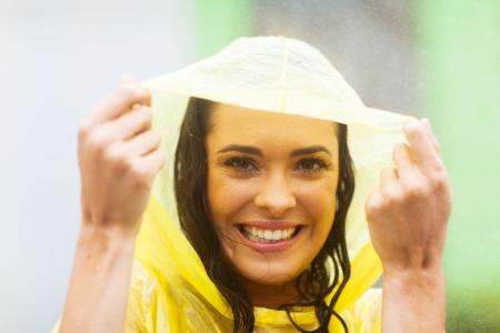 gotas de agua: mujer joven feliz en poncho de la lluvia