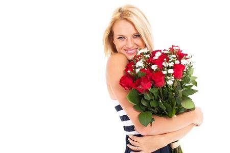 mujer con rosas: mujer bonita rubia sosteniendo ramo de rosas