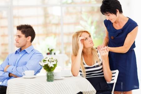 argument: zorgzame moeder bij haar dochter toen ze huwelijk probleem