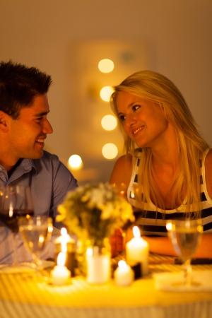 diner romantique: jeune couple appréciant un dîner aux chandelles dans un restaurant