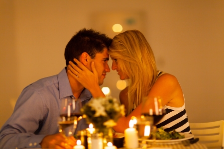 lãng mạn: cặp vợ chồng yêu thương trẻ có bữa ăn tối lãng mạn với nhau