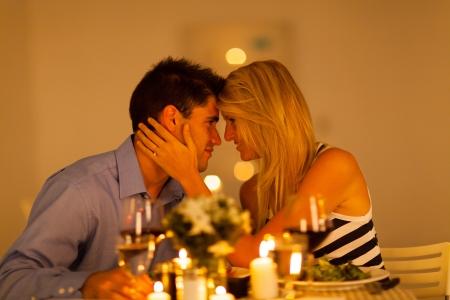 luz de velas: joven pareja de enamorados de la cena romántica juntos Foto de archivo