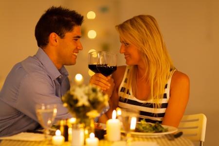 femme romantique: aimer jeune couple en dégustant un verre de vin au restaurant