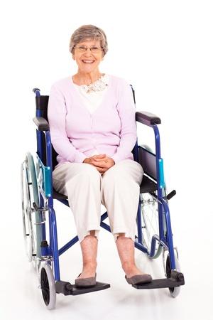 cadeira de rodas: mulher idosa feliz sentado em cadeira de rodas isolada no branco Banco de Imagens