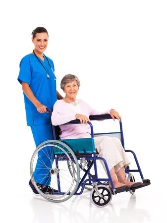silla de ruedas: joven enfermera y paciente mayor aislados en blanco