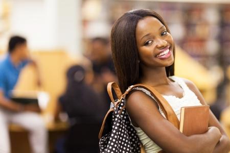African American: hermosa mujer afroamericana retrato estudiante universitario