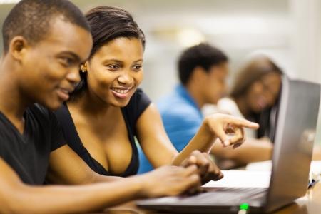 etudiant africain: african american �tudiants en utilisant un ordinateur portable Banque d'images