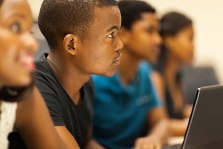 vzdělání: Skupina afrických amerických vysokoškolských studentů v posluchárně
