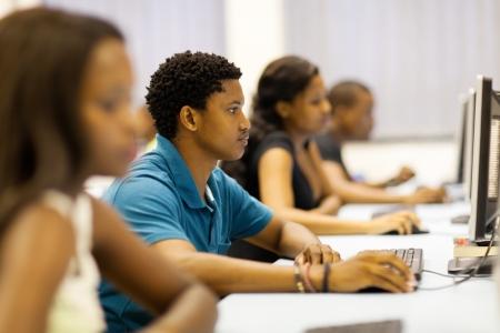 studenti universit�: gruppo di studenti universitari africani in sala computer