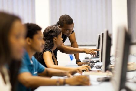 afroamericanas: los estudiantes afro-americanos de la universidad en la sala de ordenadores Foto de archivo