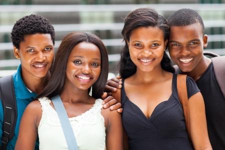 Gruppe afrikanischer Studenten Porträt auf dem Campus