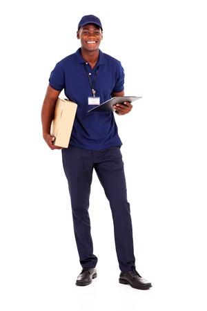 corriere: africano americano ragazzo delle consegne con pacchi e appunti su bianco