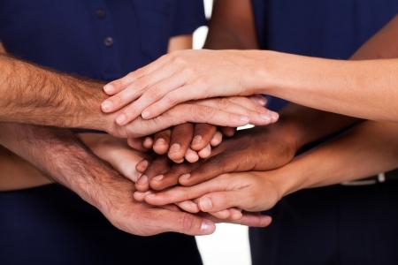 multicultureel: multiraciale handen in elkaar om teamwork te vormen