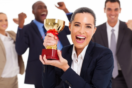 trofeo: equipo de negocios emocionado de ganar un trofeo