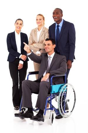 discapacidad: minusválidos en silla de ruedas líder empresarial que apunta