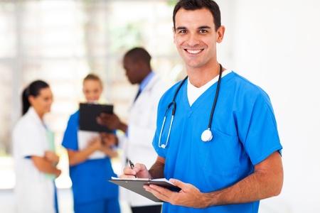 enfermeras: apuesto m�dico m�dico en el hospital Foto de archivo