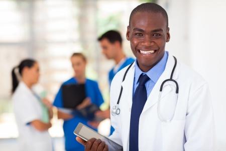 personal medico: guapo trabajador sanitario africano americano con Tablet PC