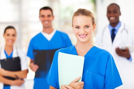 personal medico: linda enfermera médica y sus colegas en el hospital Foto de archivo