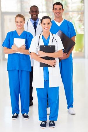pielęgniarki: grupa pracowników medycznych Portret pełnej długości w szpitalu