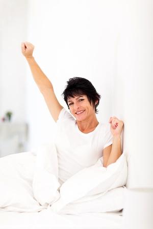 levantandose: feliz mujer de mediana edad levantarse Foto de archivo