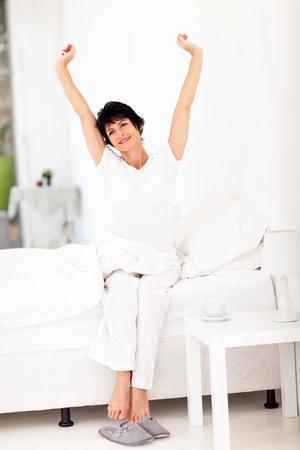 levantandose: hermosa mujer edad media de levantarse por la ma�ana