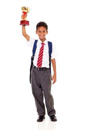 colegial elemental lindo que sostiene un trofeo aislados en blanco
