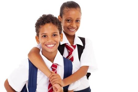 escuela primaria: Dos amigos felices de primaria en el blanco Foto de archivo
