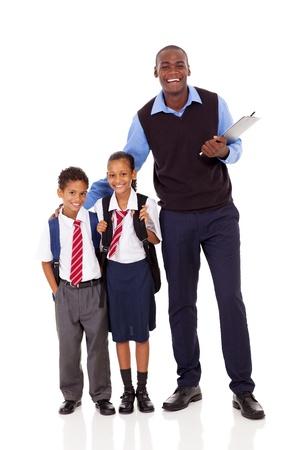 teacher: maestra de escuela primaria y los alumnos retrato de cuerpo entero en blanco Foto de archivo