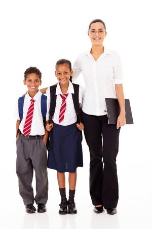 profesor de la escuela primaria y los estudiantes retrato de cuerpo entero en blanco