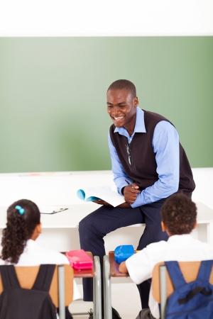 docenten: mannelijke Afrikaanse onderwijzeres lesgeven in de klas