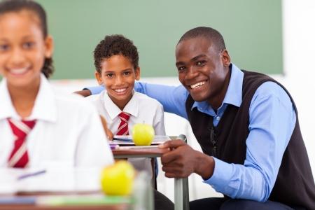 tutor: profesor africano escuela primaria y los estudiantes en el aula Foto de archivo