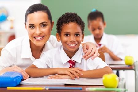 profesor alumno: atractiva maestra de primaria y estudiantes en el aula