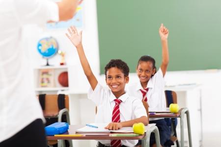 uniforme escolar: estudiantes de la escuela primaria brazos en el aula