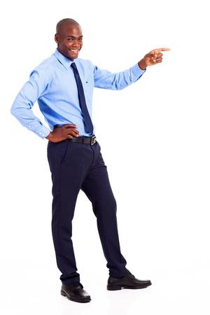 hombre de negocios africano apuntando a copyspace vacío