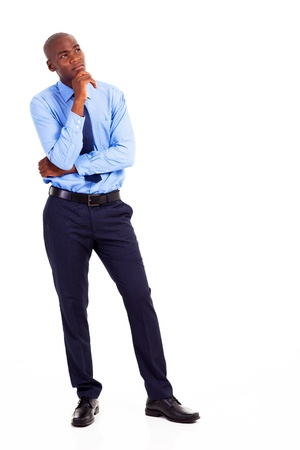 hombre pensando: pensativo hombre de negocios afroamericano aislado en blanco