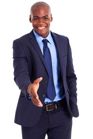 saludo de manos: apuesto hombre de negocios africano gesto apret�n de manos aisladas en blanco Foto de archivo