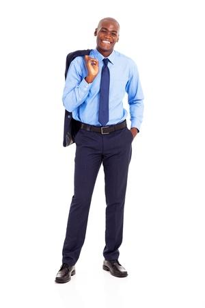 persona de pie: hombre de negocios africano que lleva chaqueta sobre el hombro aislado en blanco