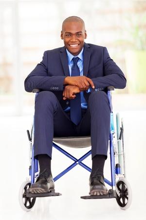 rollstuhl: Behinderte african american Gesch�ftsmann sitzt im Rollstuhl