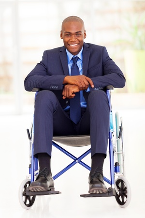 persona en silla de ruedas: discapacitados african hombre de negocios americano que se sienta en silla de ruedas Foto de archivo