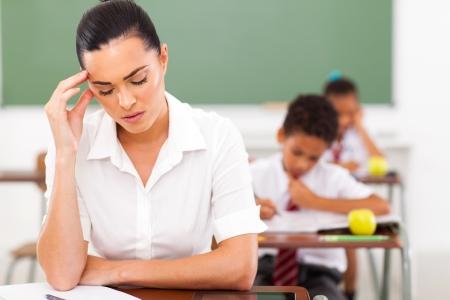 profesor alumno: destac� femenina escuela tiene dolor de cabeza primario profesor en el aula
