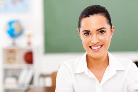 profesores: hermosa maestra de escuela femenina en el aula Foto de archivo