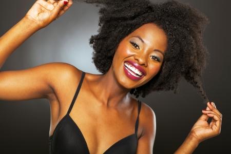 femme noir sexy: amusant fille afro-am�ricaine jouant avec studio cheveux portrait Banque d'images