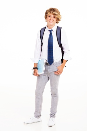niño con mochila: masculino adolescente estudiante de secundaria retrato de longitud completa sobre fondo blanco