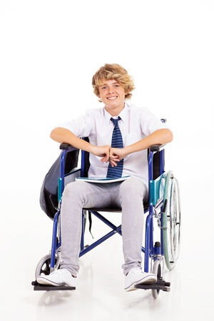persona en silla de ruedas: optimista estudiante discapacitado escuela secundaria que se sienta en silla de ruedas