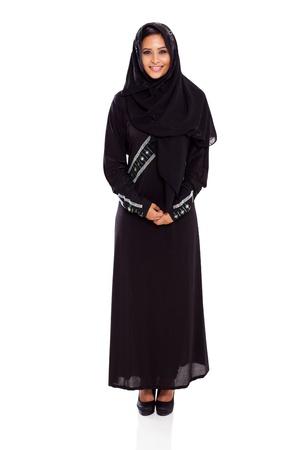 femme musulmane: jolie jeune femme musulmane pleine longueur portrait en studio sur fond blanc