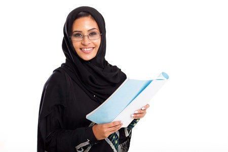 fille arabe: jolie femme arabe université livre de lecture étudiant isolé sur blanc Banque d'images