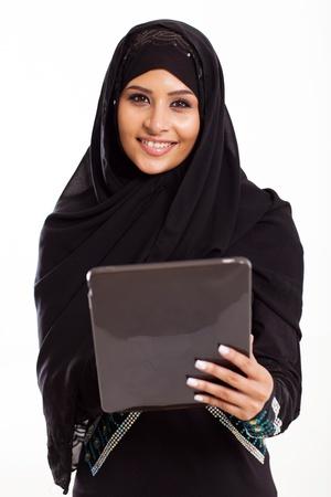 femme musulmane: belle fille arabe avec tablette informatique isolé sur blanc