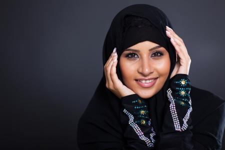 femme musulmane: beauté féminine arabe visage closeup portrait