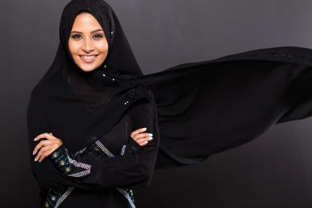 femmes muslim: �l�gante femme musulmane sur fond noir Banque d'images