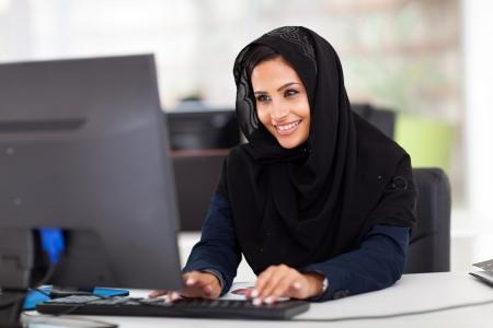 femme musulmane: f�minin attirant des travailleurs arabes des entreprises travaillant sur ordinateur Banque d'images